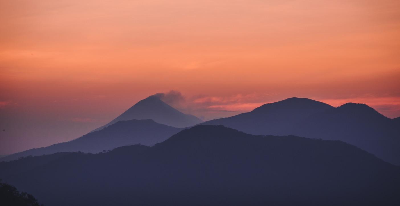 Coucher de soleil derrière les montagnes